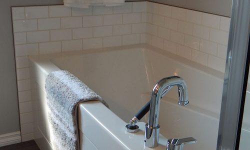 Bien faire le joint autour du bain